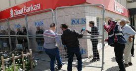 Kozan'da Bankalar Önünde Sosyal Mesafe Önlemleri Alındı