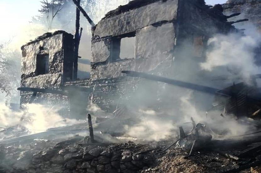 Feke'de Ev Yangınında Ev Tamamen Yandı