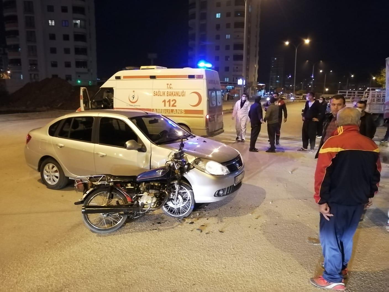 Kozanda Motosiklet İle Otomobil Çarpıştı 2 Yaralı