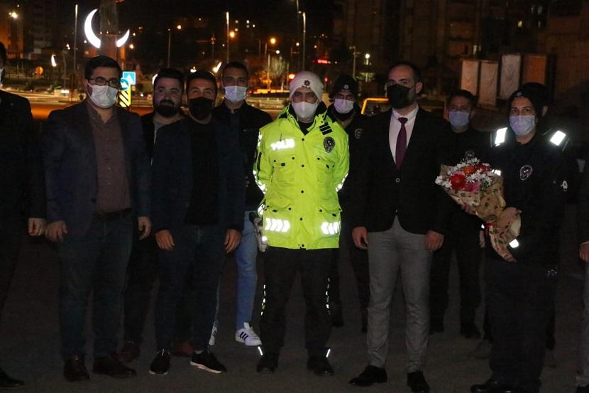 Ak Parti Gençlik Kollarından Polise Çiçekli Destek