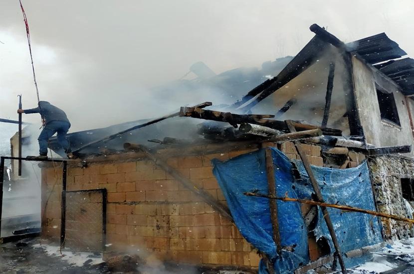 Feke'de Ev Yangını