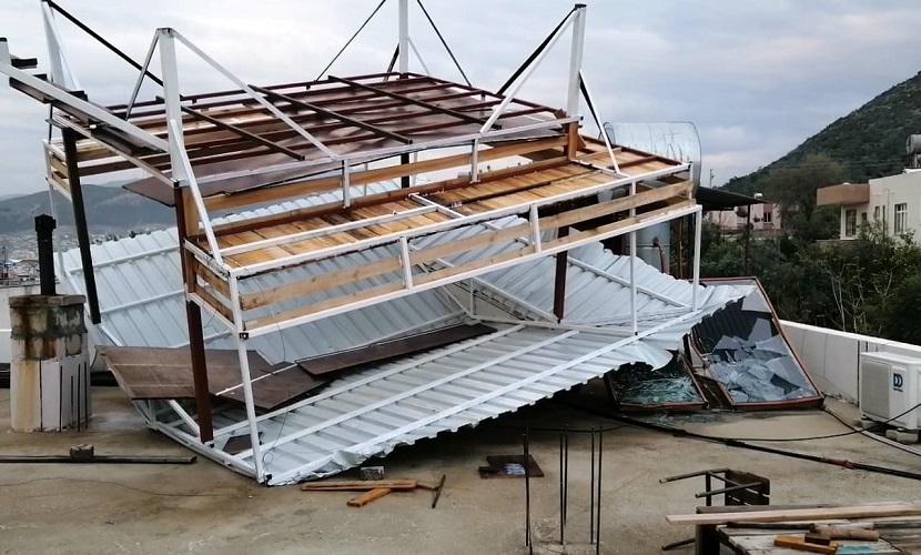 Kozanda Hortum Çatı Uçurdu, Enerji Deposu Korku Saçtı