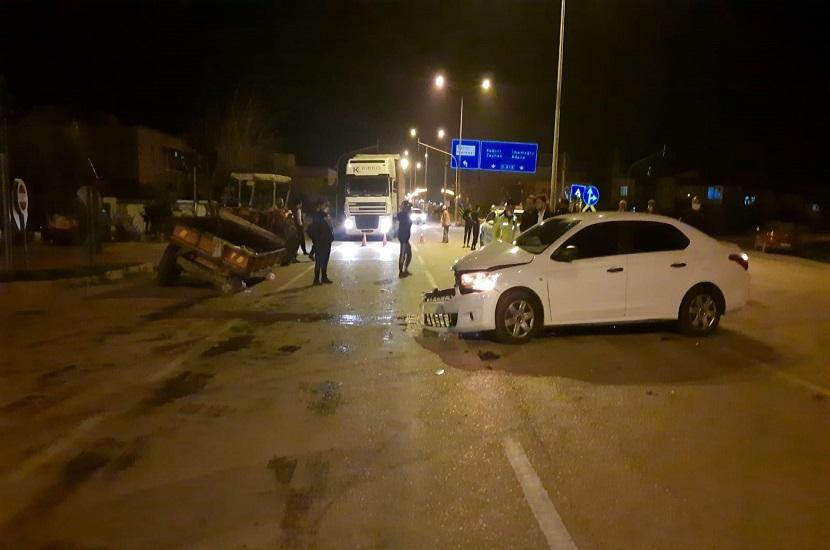 Kozanda Traktörle Otomobil Çarpıştı 1 Yaralı