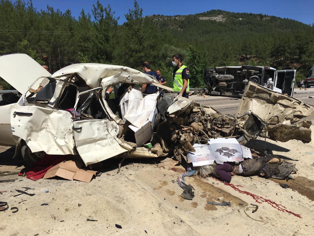 Kozanda Feci Kaza 5 Ölü 1 Yaralı
