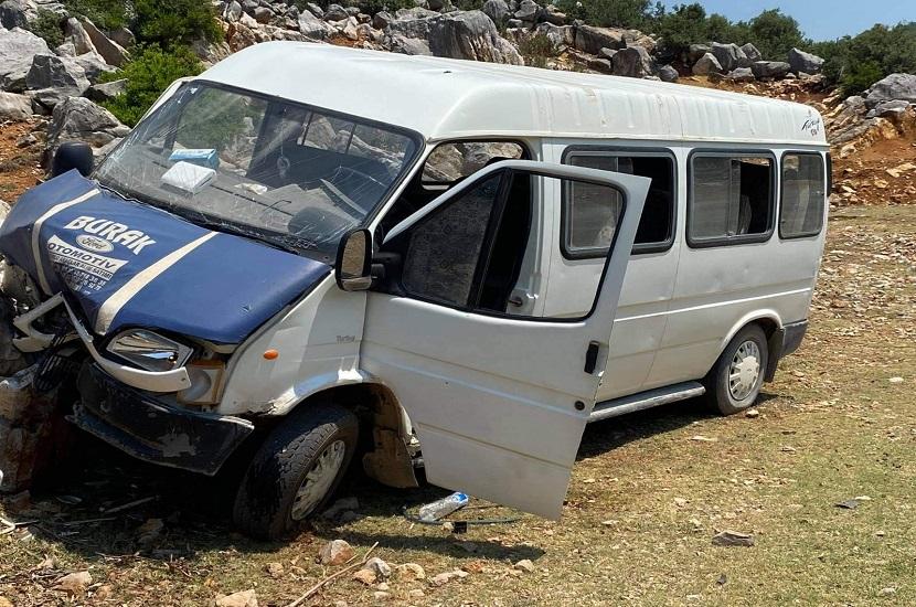 Kozanda Midibüs Kaza Yaptı 1 Kişi Yaralandı