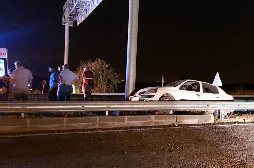 Kozan'da Otomobil Refüje Çıktı 2 Yaralı